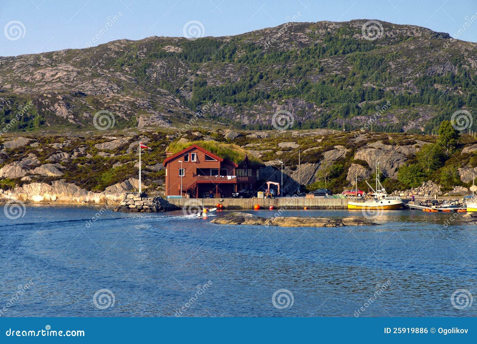haus in norwegen auf dem ufer des fjords lizenzfreies stockbild bild 25919886. Black Bedroom Furniture Sets. Home Design Ideas
