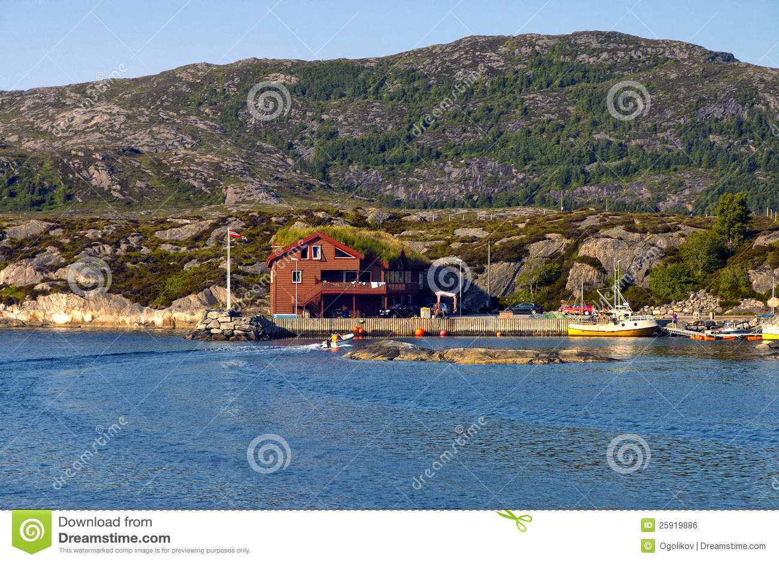 Haus in norwegen auf dem ufer des fjords lizenzfreies for Norwegen haus