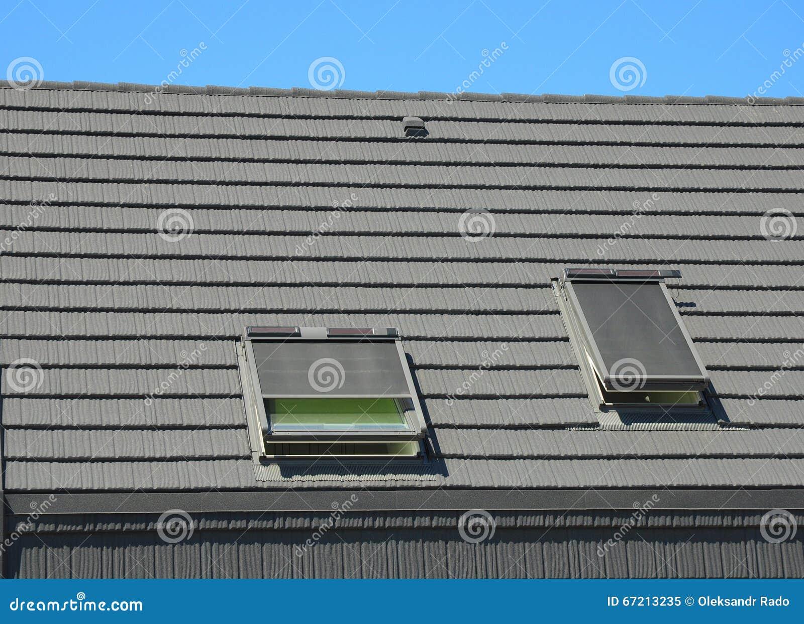 Haus-Oberlichter Mit Vorhang-Sonnenschutz-Äußerem Stockbild - Bild ...