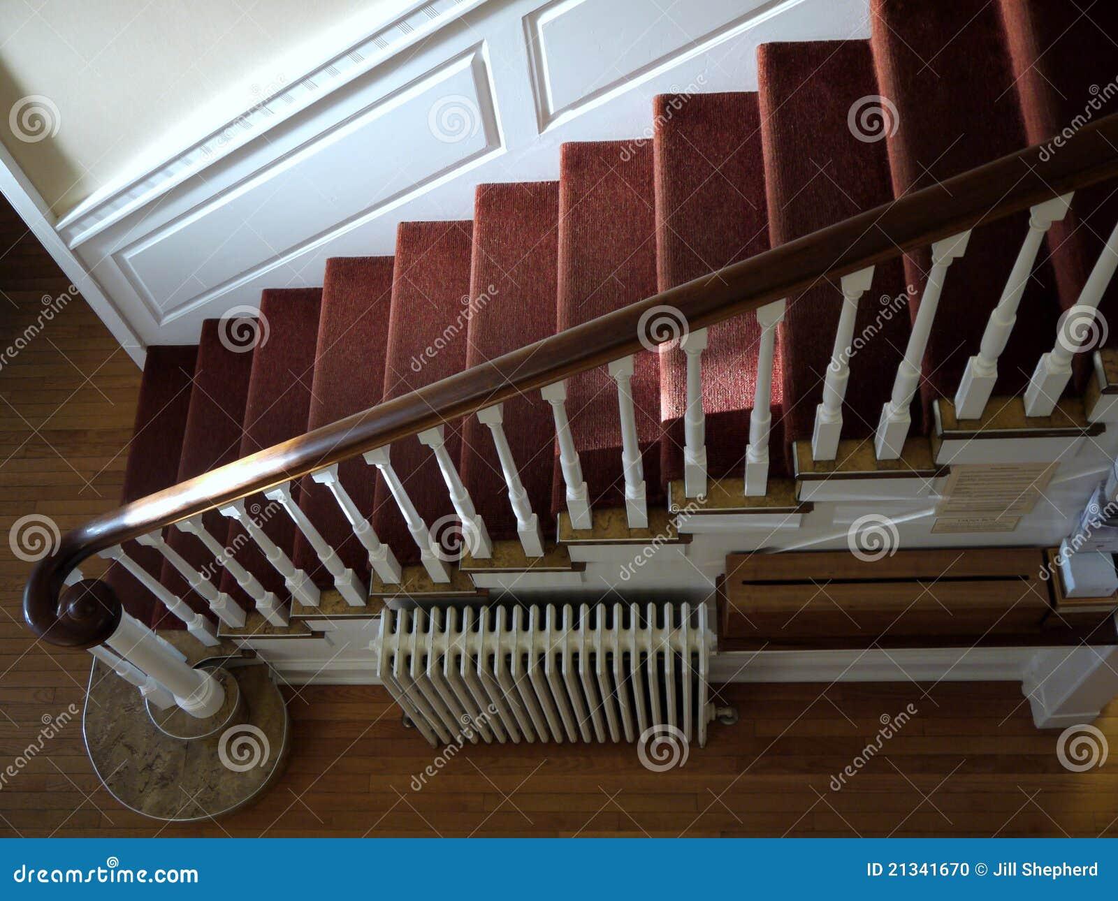 haus sunlit treppenhaus mit rotem teppich stockfoto. Black Bedroom Furniture Sets. Home Design Ideas