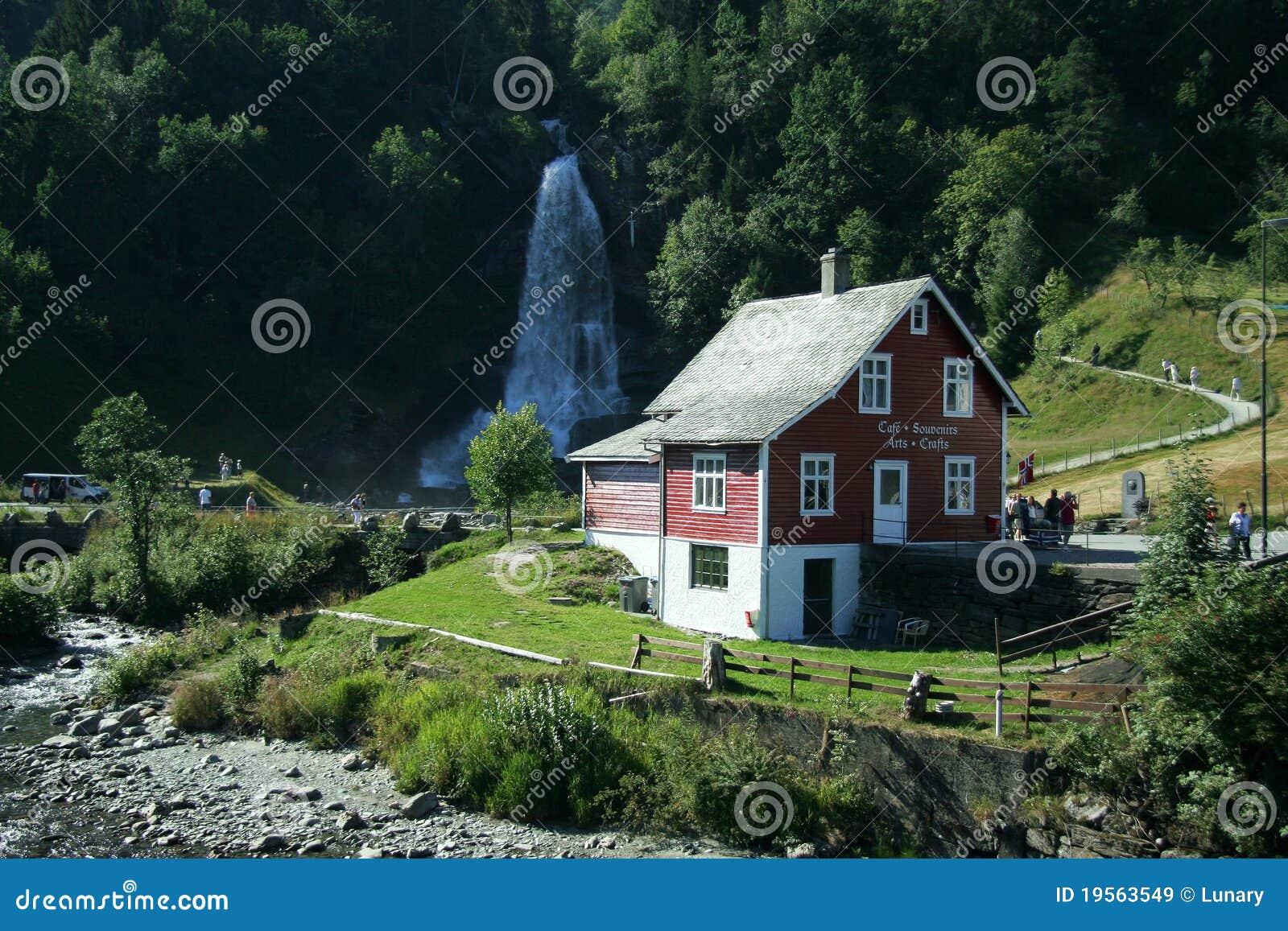 Haus und Wasserfall stockbild Bild von wasser landschaft