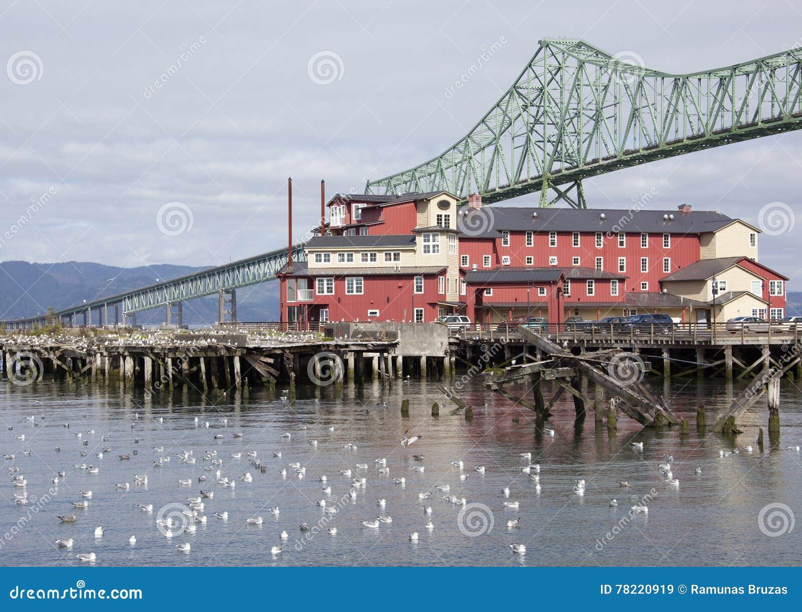 Haus unter der Brücke
