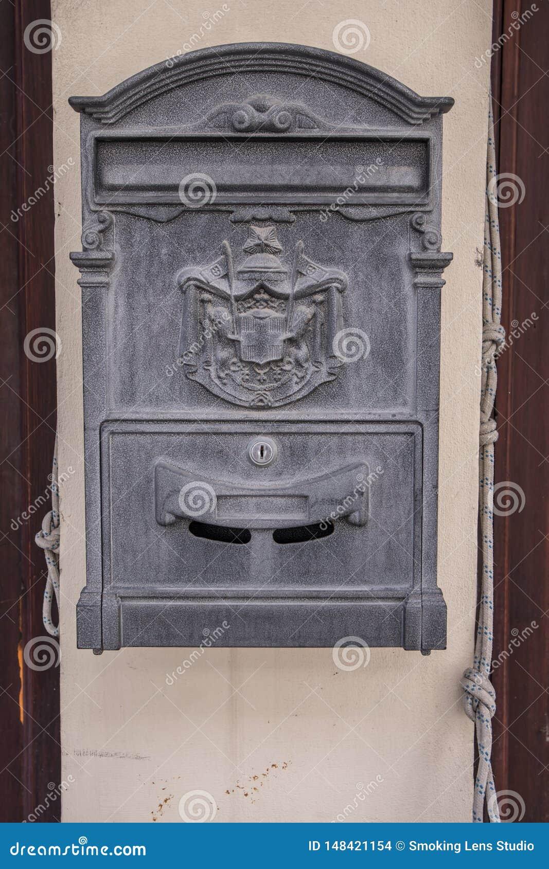 Hausbriefkasten außerhalb eines Hauses