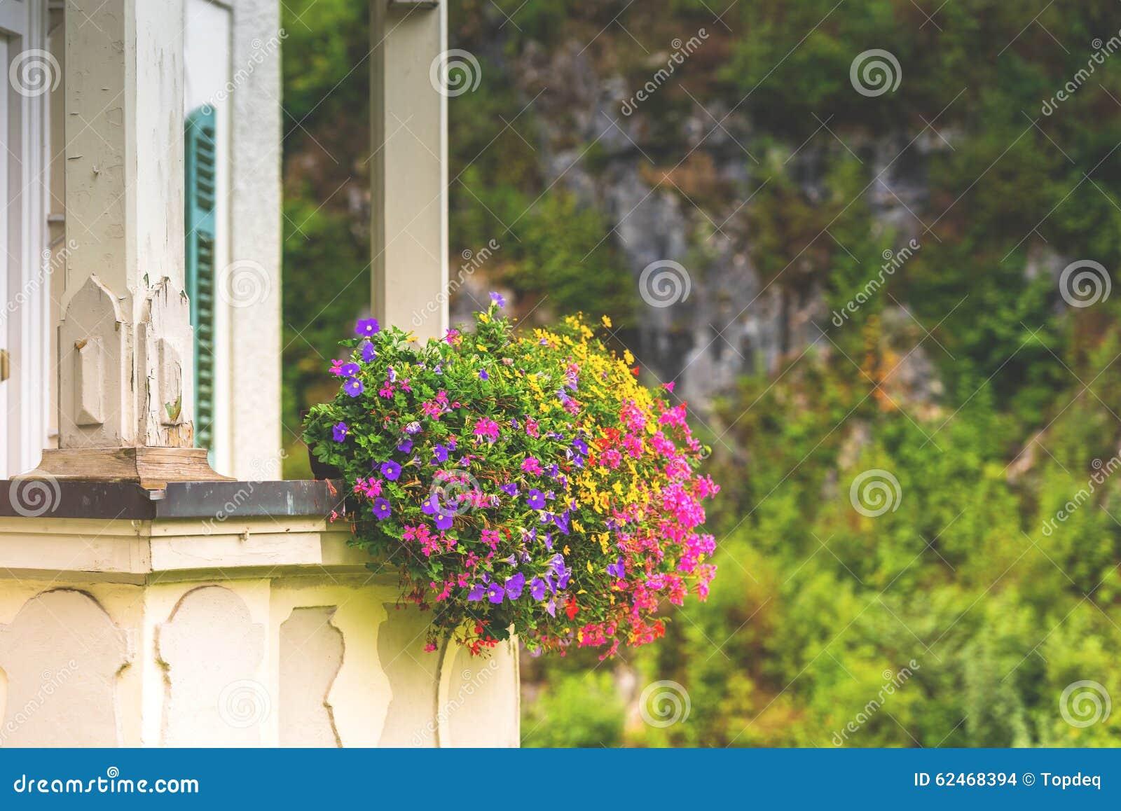 hausfassade mit balkon und blumen stockfoto bild 62468394. Black Bedroom Furniture Sets. Home Design Ideas