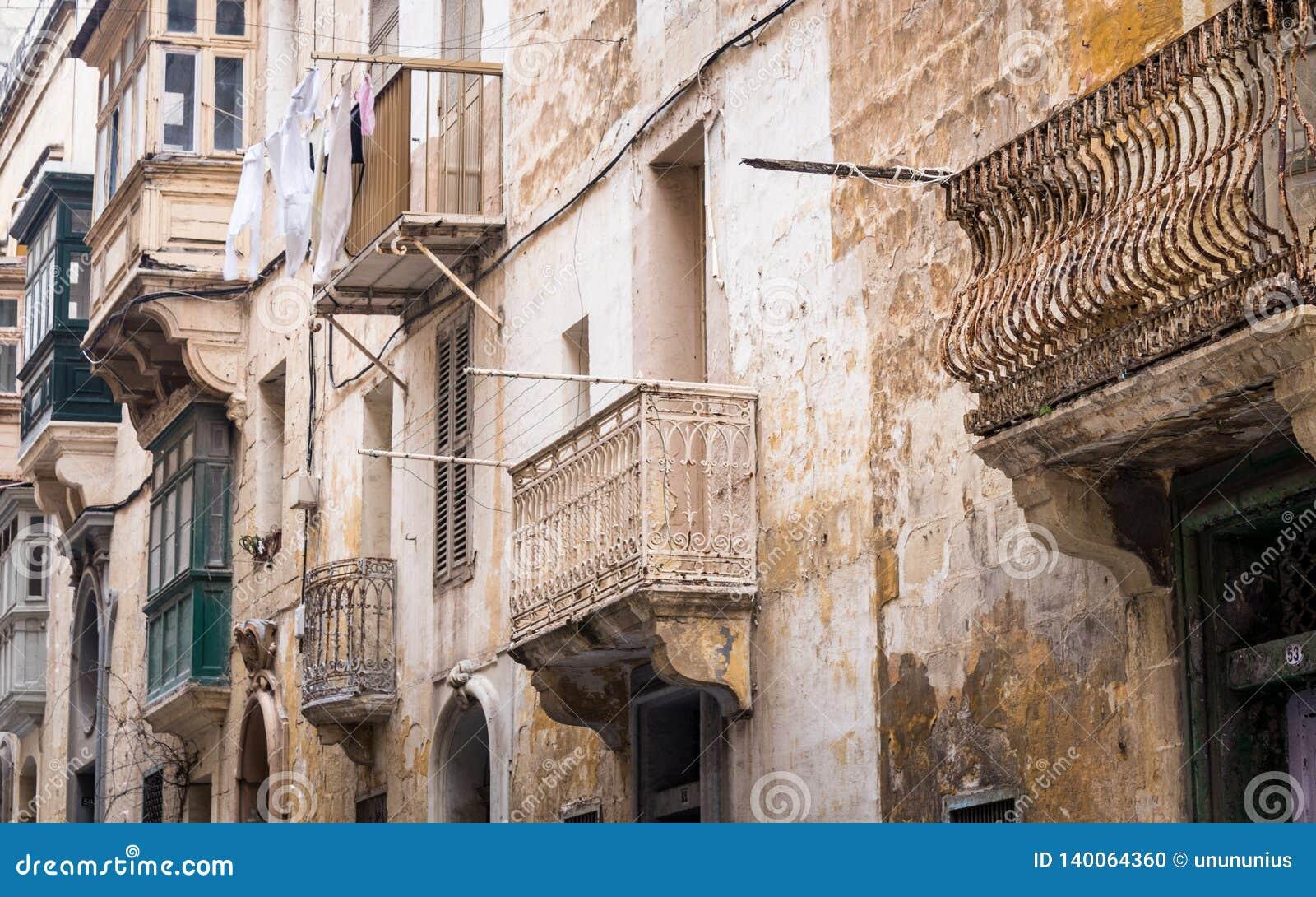 Hausfassade mit buntem, altem und lustigem Balkon auf Republik-Straße in Valletta, Malta