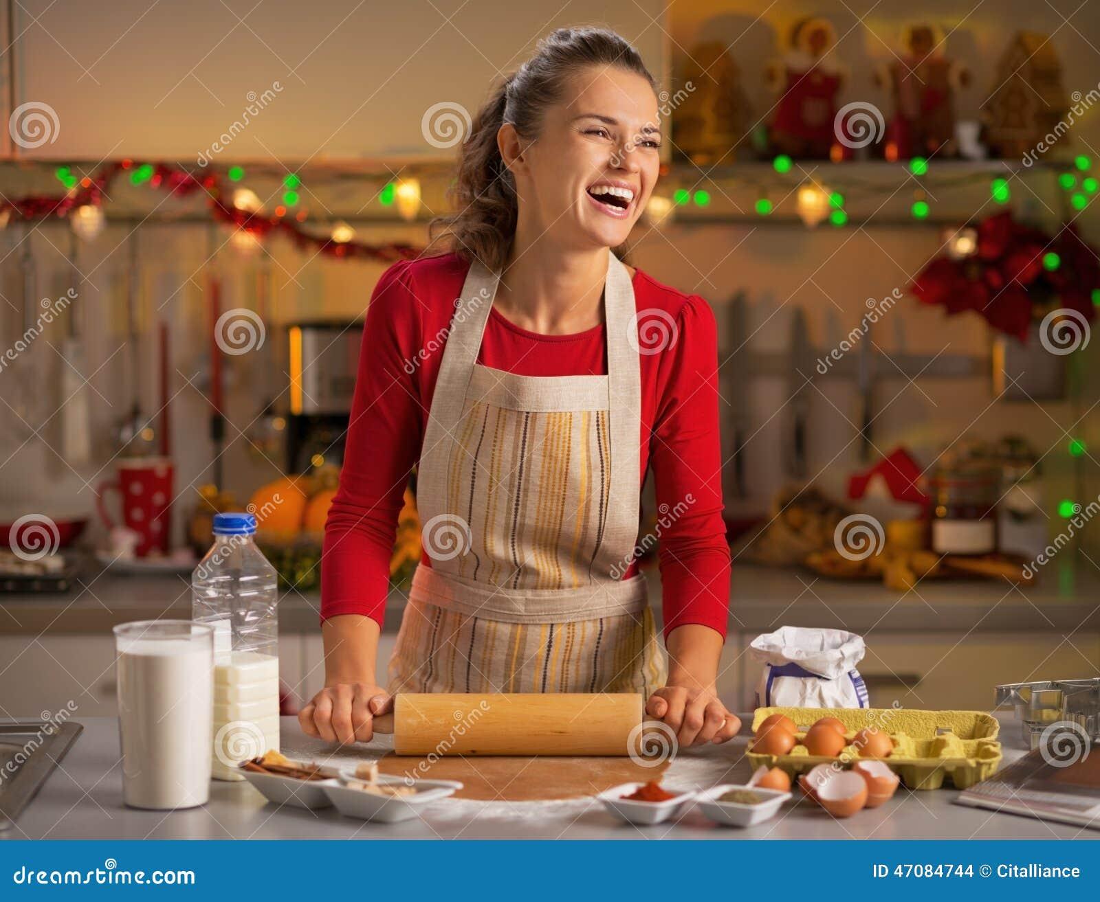Hausfrau, Die Teig In Der Weihnachtsküche Macht Stockfoto - Bild von ...
