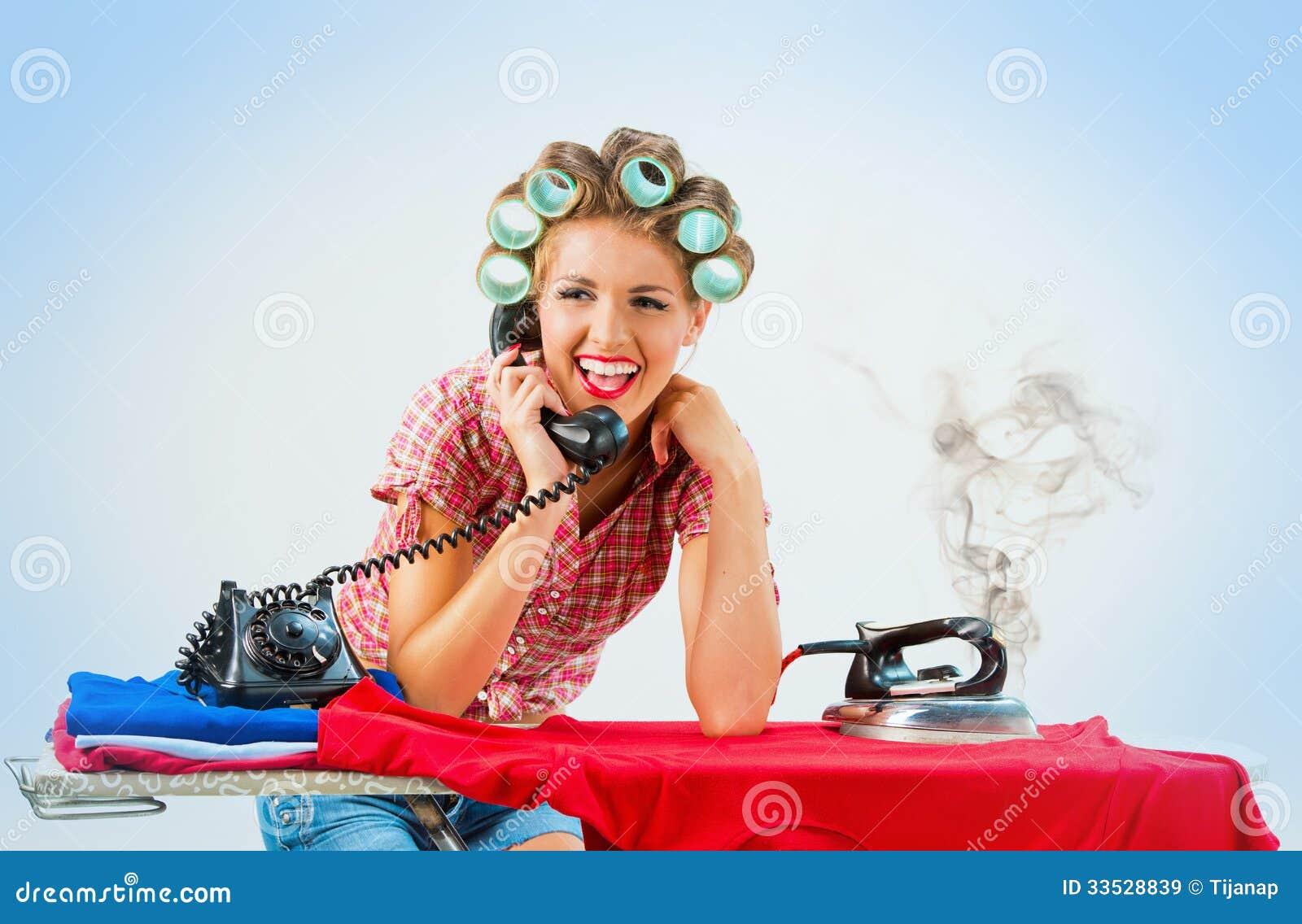 hausfrau die am telefon beim b geln spricht. Black Bedroom Furniture Sets. Home Design Ideas