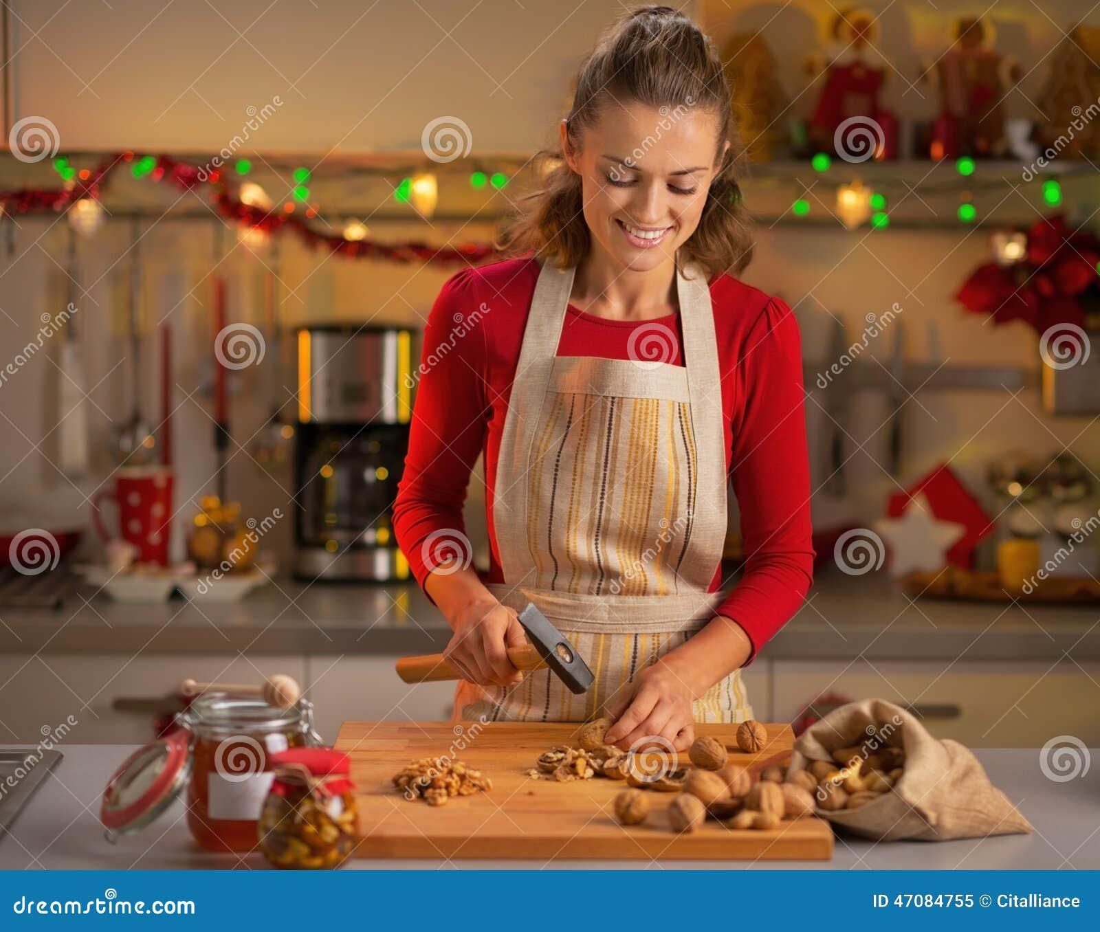 Hausfrau, Die Walnüsse In Der Weihnachtsküche Hackt Stockbild - Bild ...