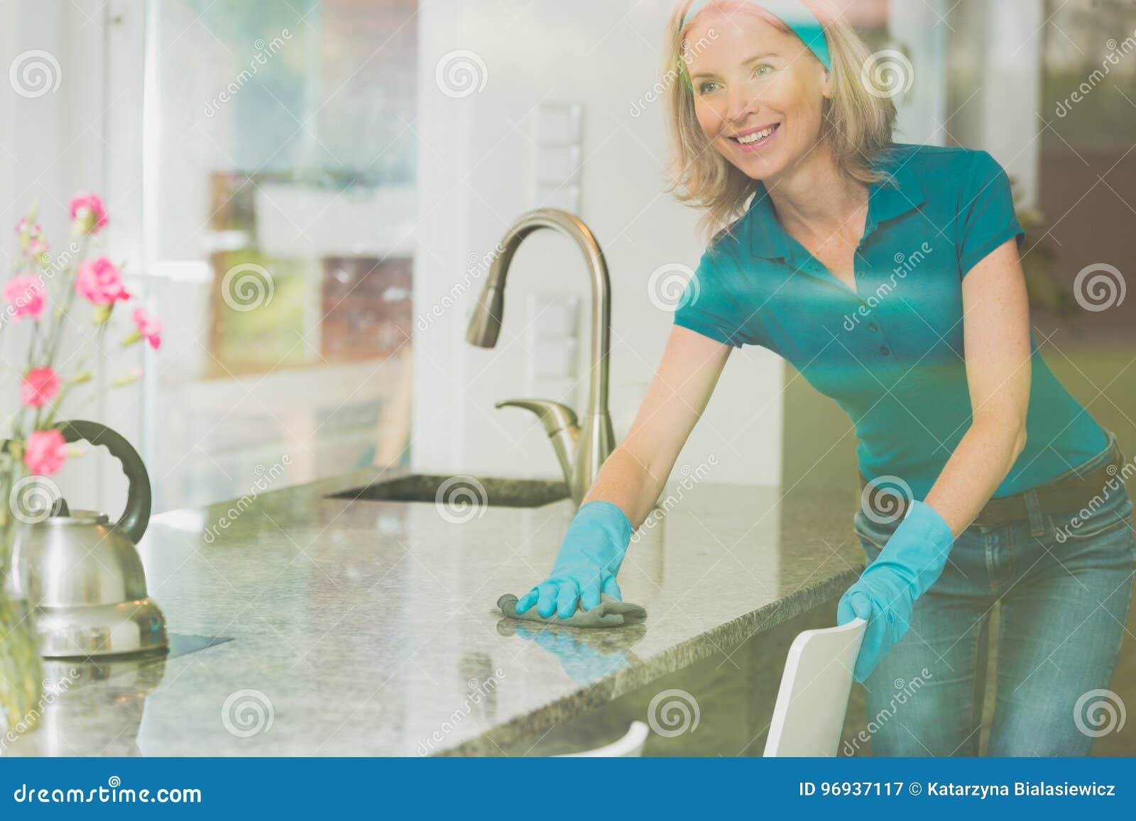 Hausfrau wischt Gegenspitze ab