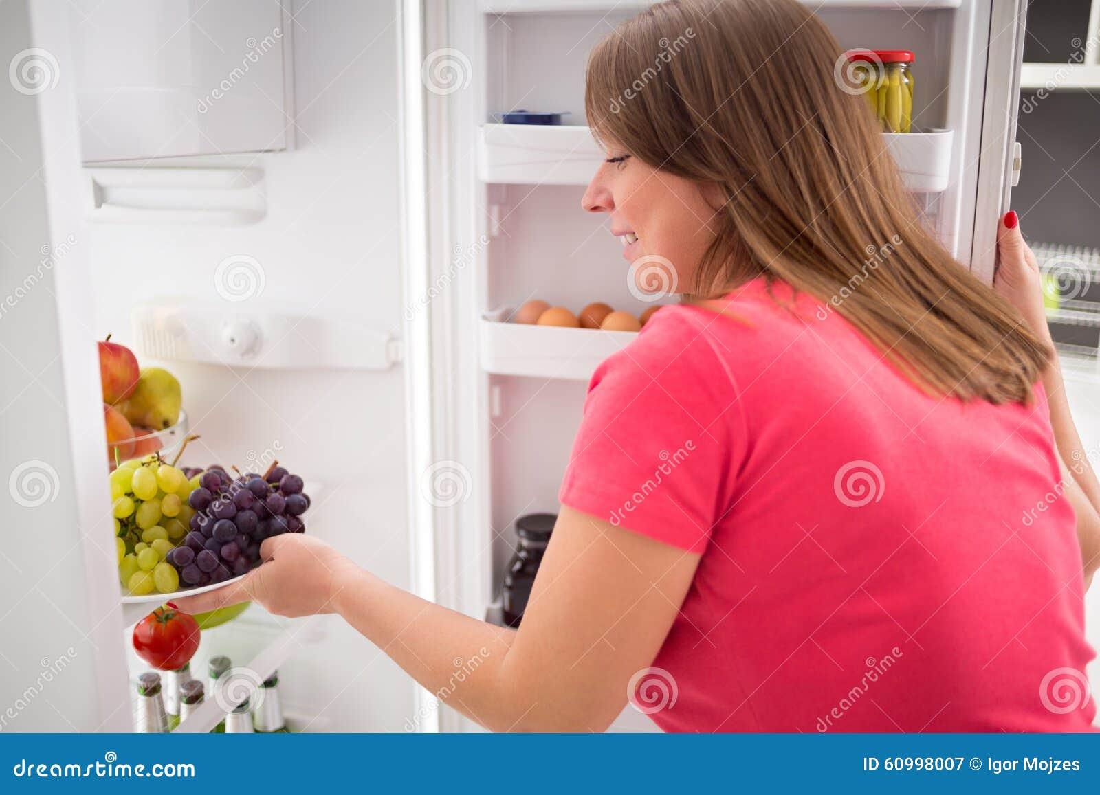 Kühlschrank Platte : Hausfraunehmenplatte voll von trauben vom kühlschrank stockbild
