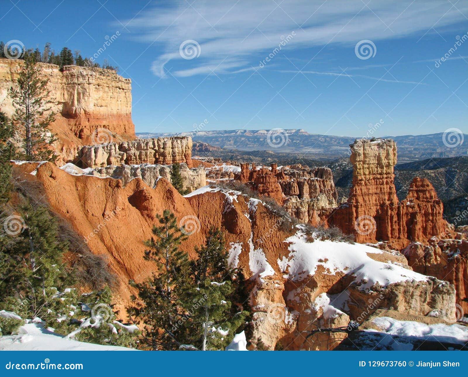 Hausse au parc national de canyon de Bryce un jour venteux d hiver