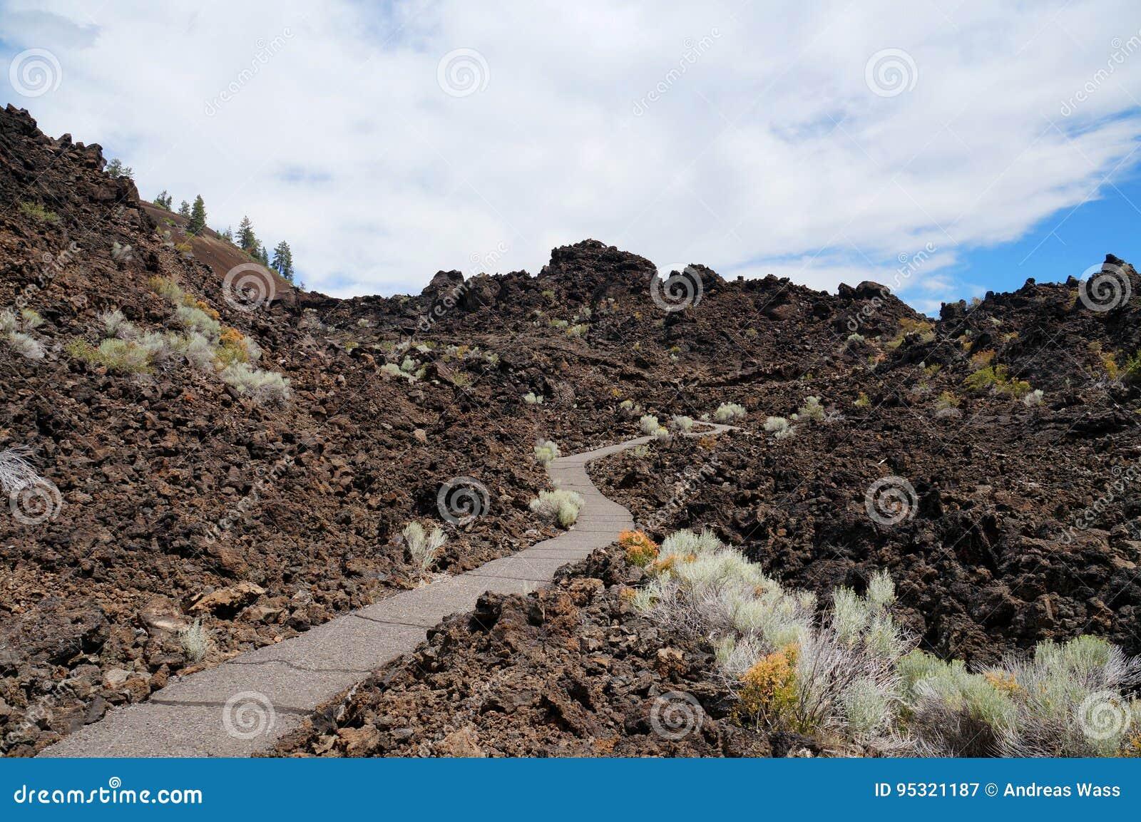 Hausse du chemin dans un domaine gigantesque de lave d une vieille éruption volcanique