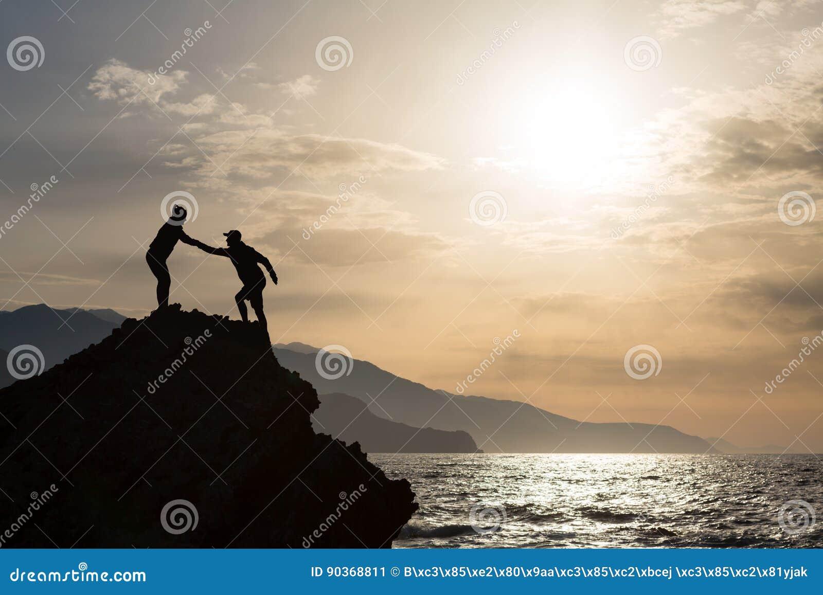 Hausse s élevante de couples de travail d équipe avec le coup de main