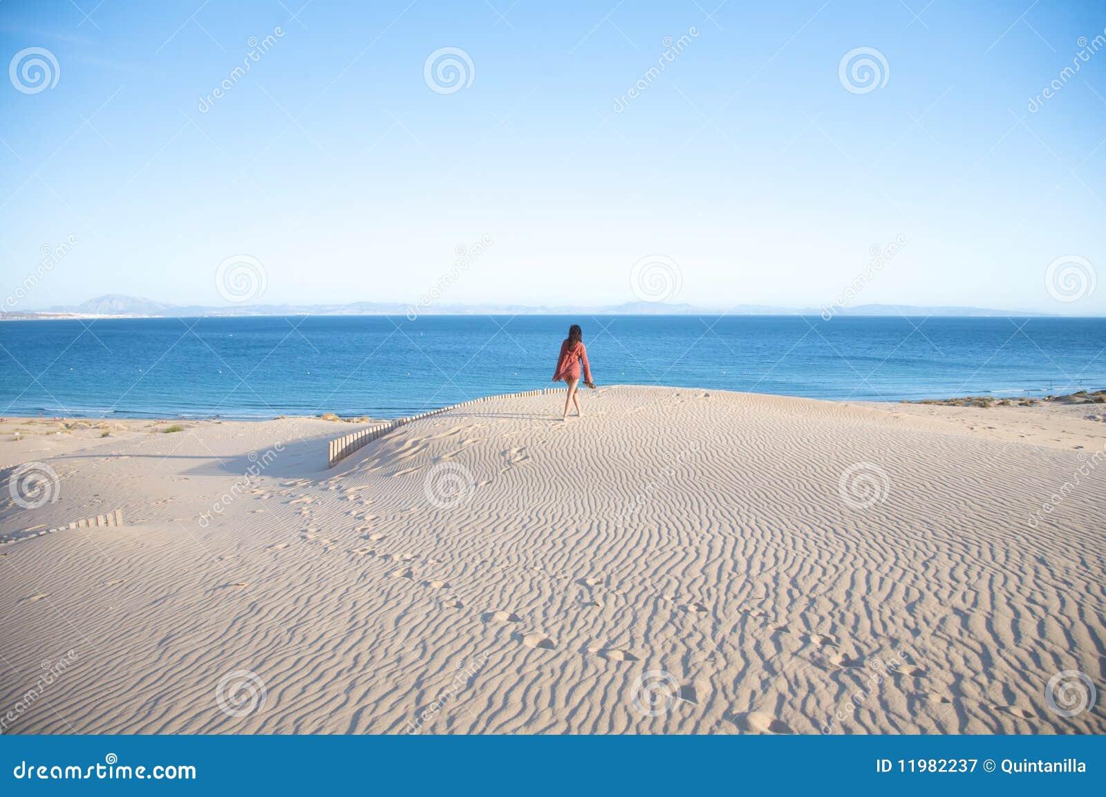 Hausse sur des dunes de sable de tarifa