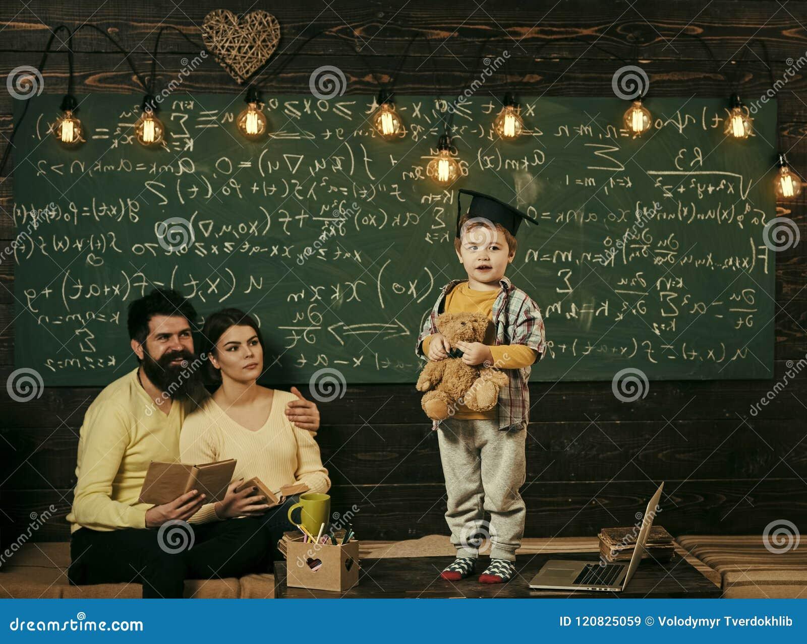 Hausunterricht Wiedergabe 3d mit hdri Blitz Kind hält Teddybären und die Ausführung Junge, der sein Wissen Mutter und Vati darste