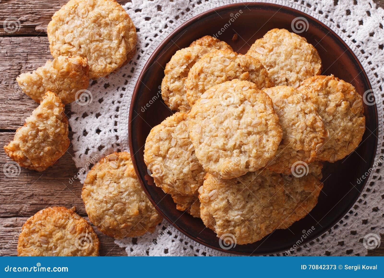 Haut étroit fraîchement cuit au four de biscuits australiens d ANZAC dessus horizontal