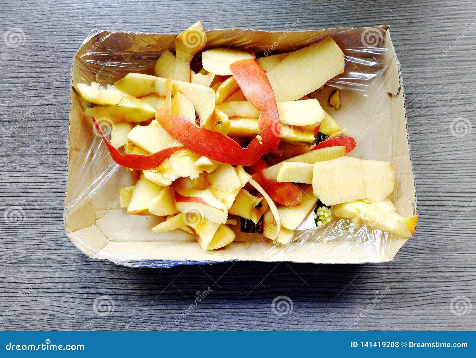 Haut eines Apfels in einem Paket mit einer Plastikfolie