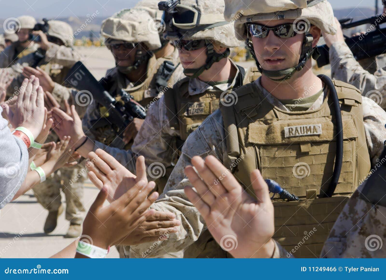 Haut-fives des soldats