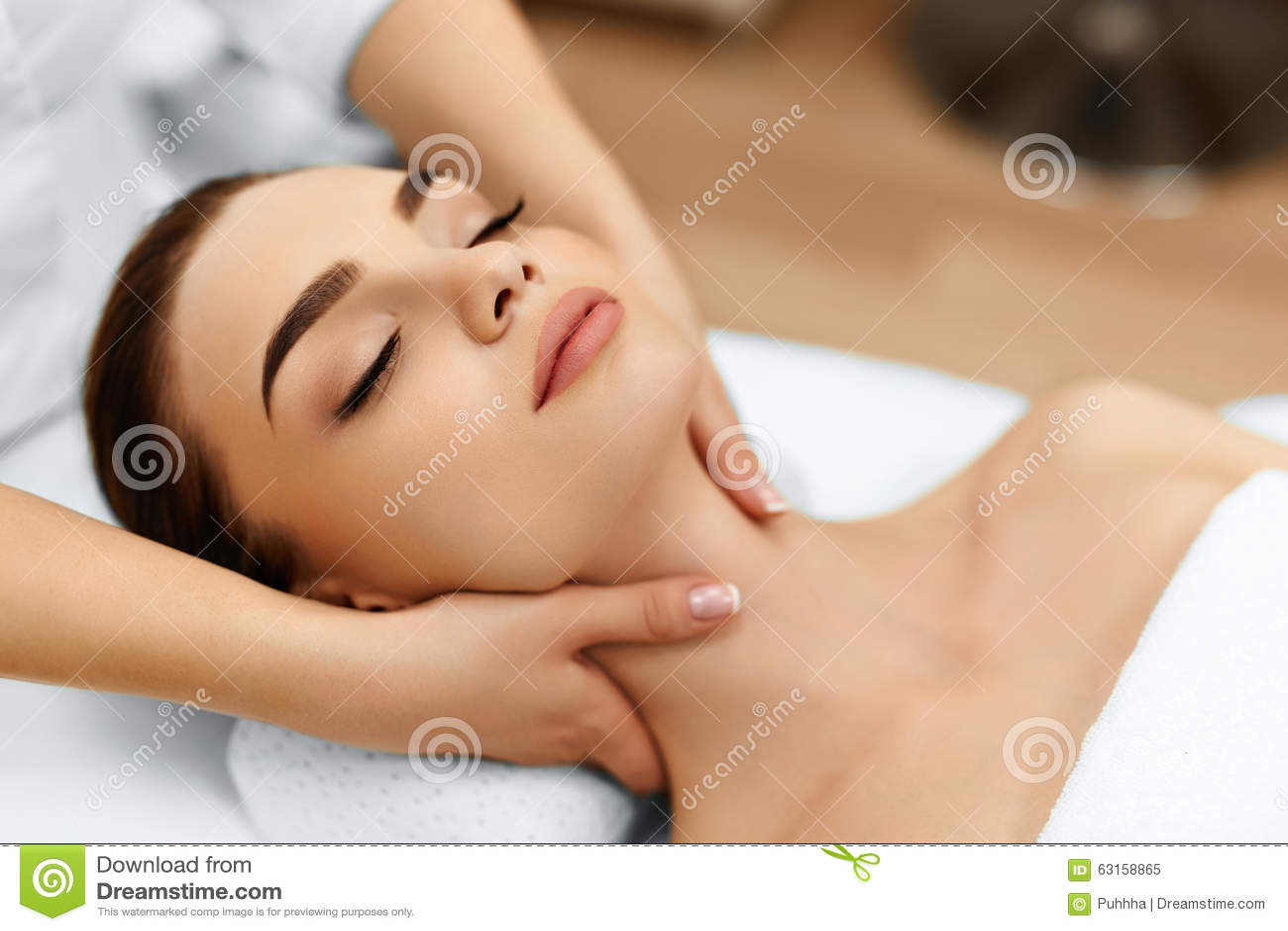 Haut, Körperpflege Frau, die Schönheits-Badekurort-Gesichts-Massage erhält Treatmen