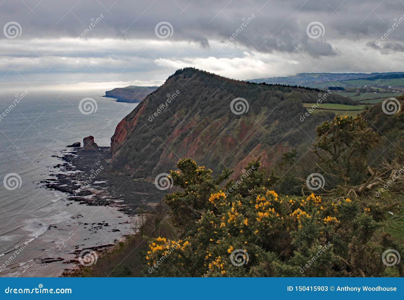 Haute colline maximale près de Sidmouth en Devon un jour orageux Une partie du chemin côtier occidental du sud
