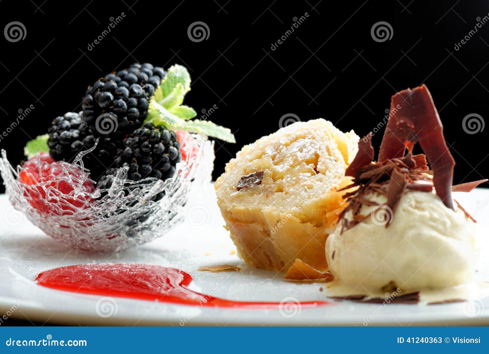 haute cuisine strudel avec la cr 232 me glac 233 e et dessert de baies sur la table de restaurant photo