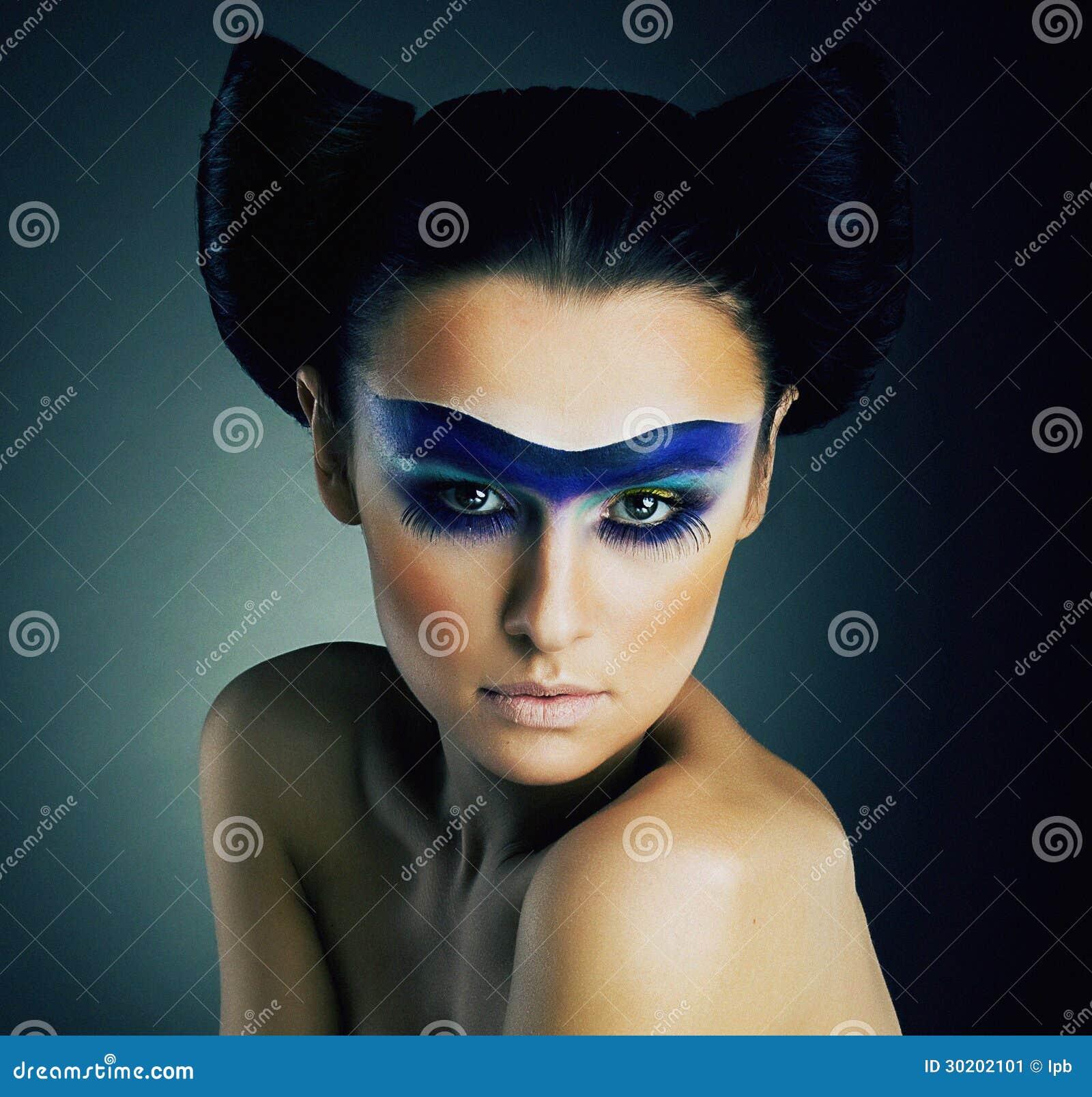 Haute mody. Fantazja. Z klasą kobieta z błękit Malującą Maskową i Nowożytną fryzurą