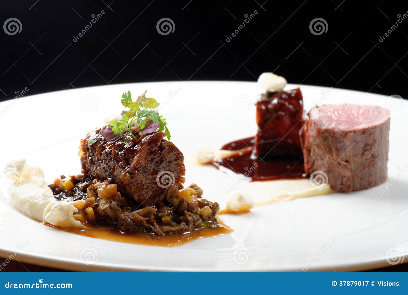 Hautekeuken, het geroosterde lapje vlees van de kalfsvleesfilet, kalfsvleesstaart met een saus van haven, morels, linzen