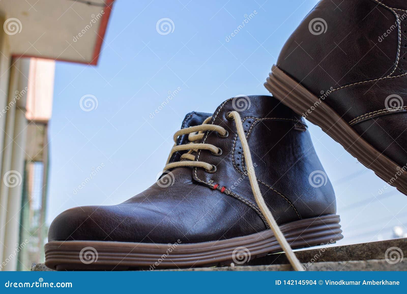 Hautes chaussures brunes foncées de cheville pour les hommes et prêt à porter