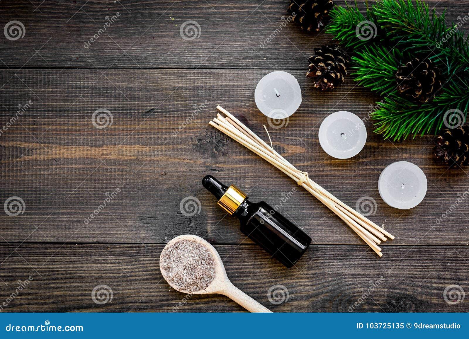 Hautpflege und entspannen sich Kosmetik und Aromatherapiekonzept Kiefernbadekurortsalz und -öl auf Draufsicht des dunklen hölzern