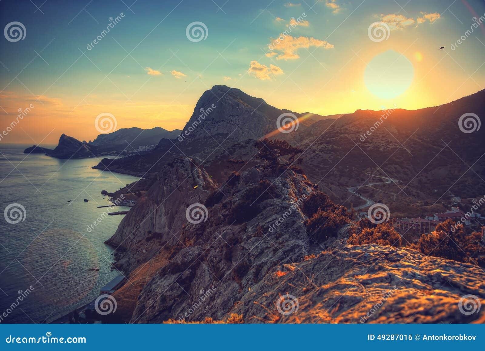 Hav och berg på solnedgången naken sky för blå crimea kullliggande mot bakgrund field blåa oklarheter för grön vitt wispy natursk