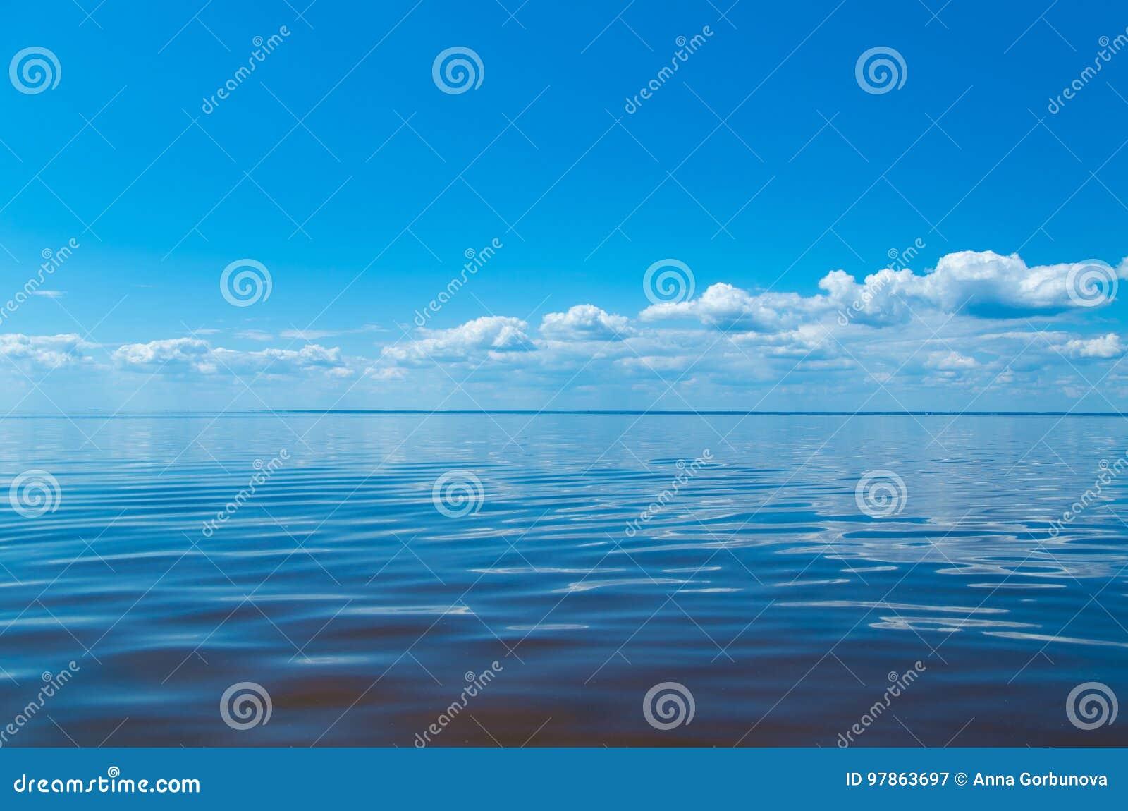 Hav och blå himmel med moln