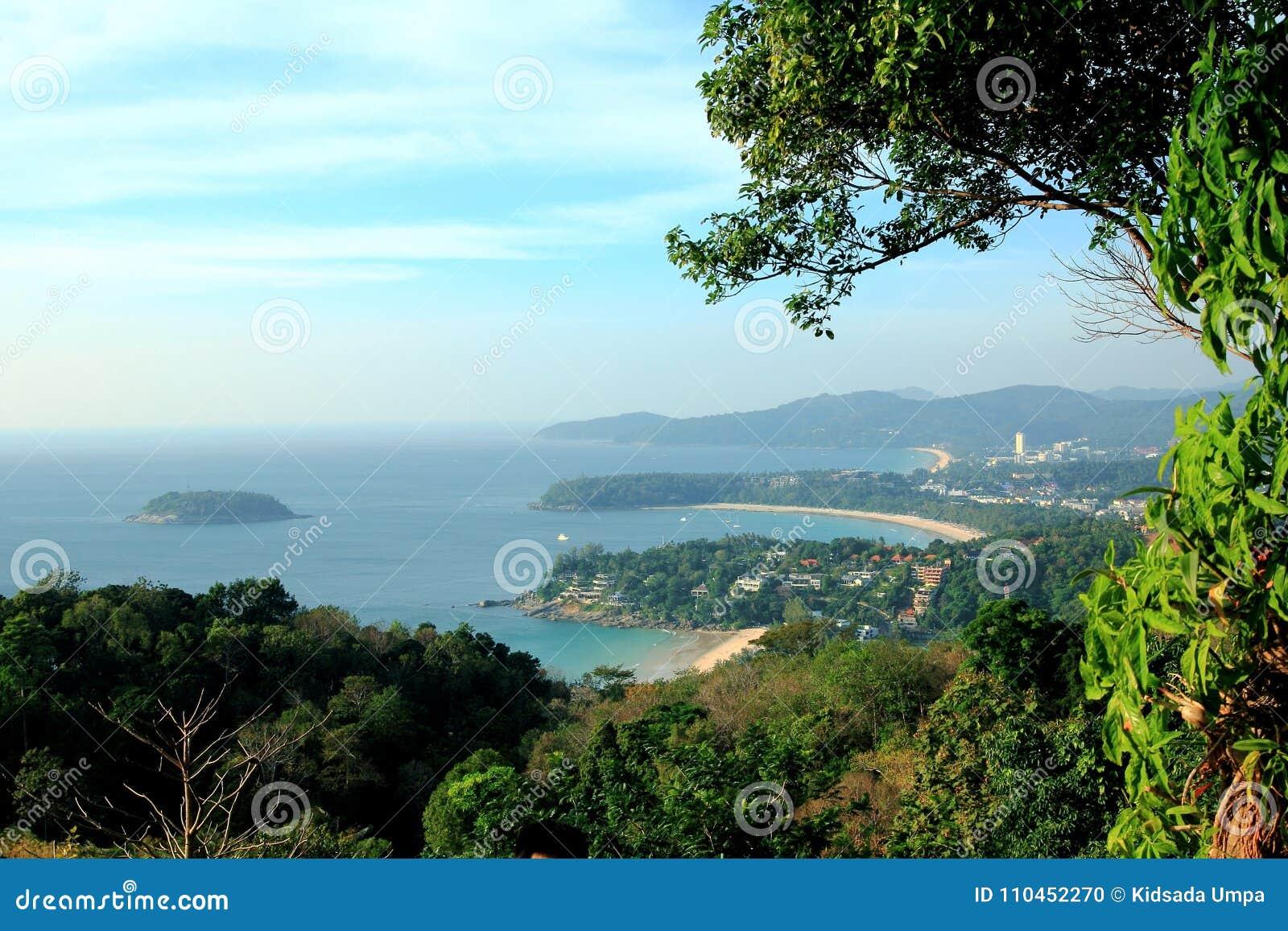 Hav på den bergförgrundsphuket ön Thailand