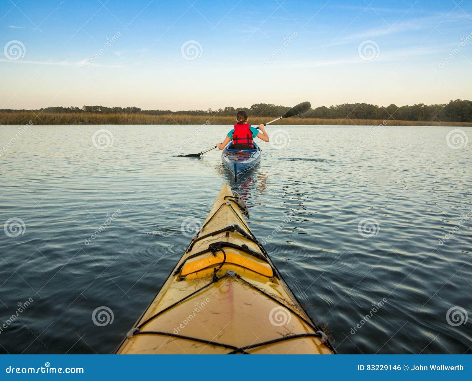 Hav som kayaking på solnedgången
