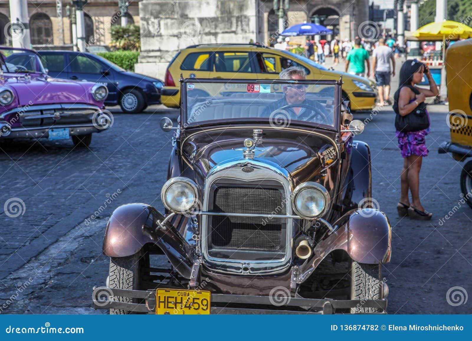 Havana/Kuba - 07/2018: Alte und rostige Autos von Fünfziger Jahren auf Havana-Straßen Brown eine mietete auf der Vorderansicht, d