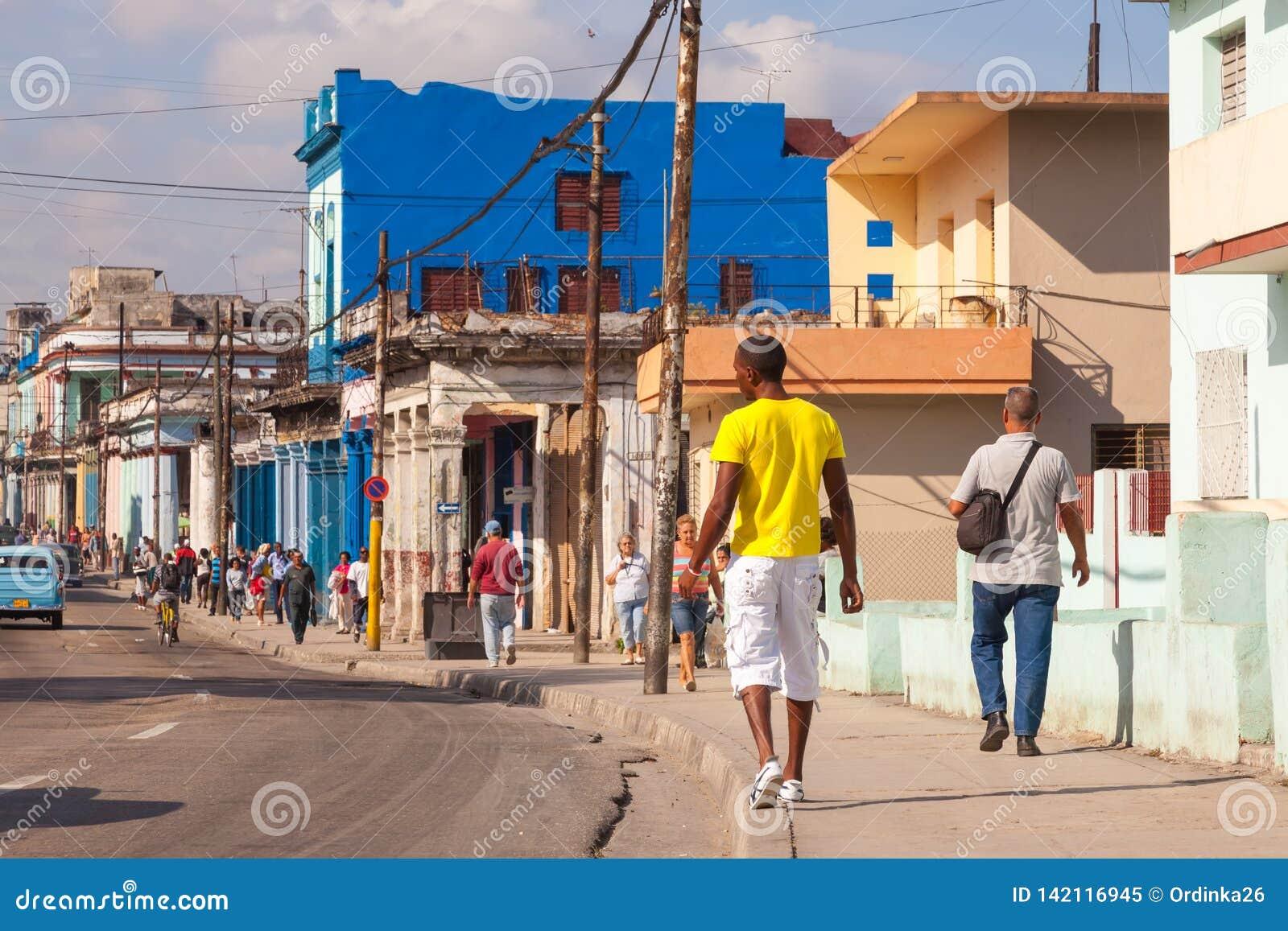 HAVANA, KUBA: authentische alte Straße in der Stadt von Havana im alten Bezirk von Serrra