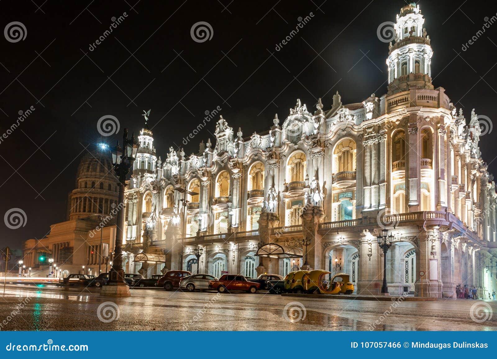 HAVANA, KUBA - 24. OKTOBER 2017: Großartiges Theater von Havana in Kuba Kapitol im Hintergrund Spät- Foto