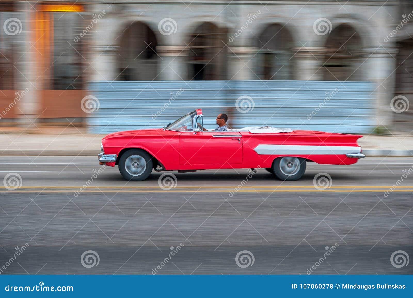 HAVANA, KUBA - 20. OKTOBER 2017: Havana Old Town und Malecon-Bereich mit altem Taxi-Fahrzeug kuba schwenken