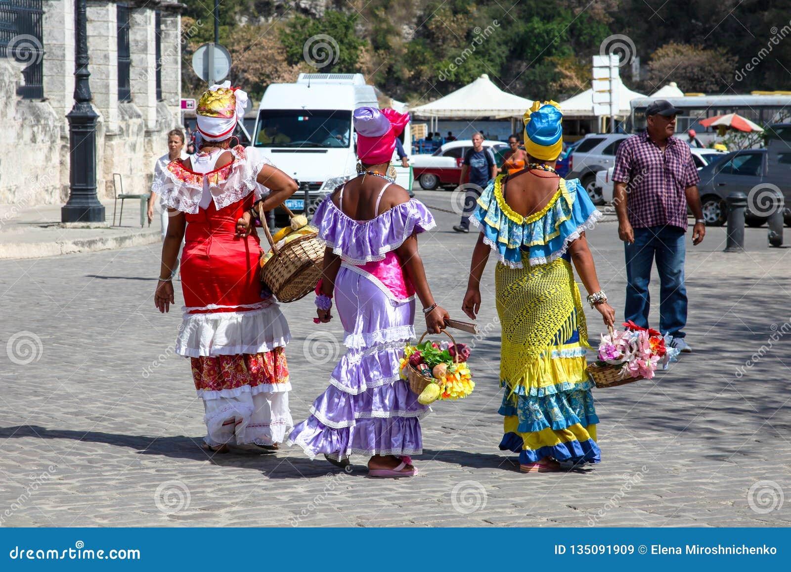 Havana/Kuba - Sept. 15 2018: Traditionelle bunte kubanische Kostüme getragen von Havana-Damen auf Havana-Straße, Kuba