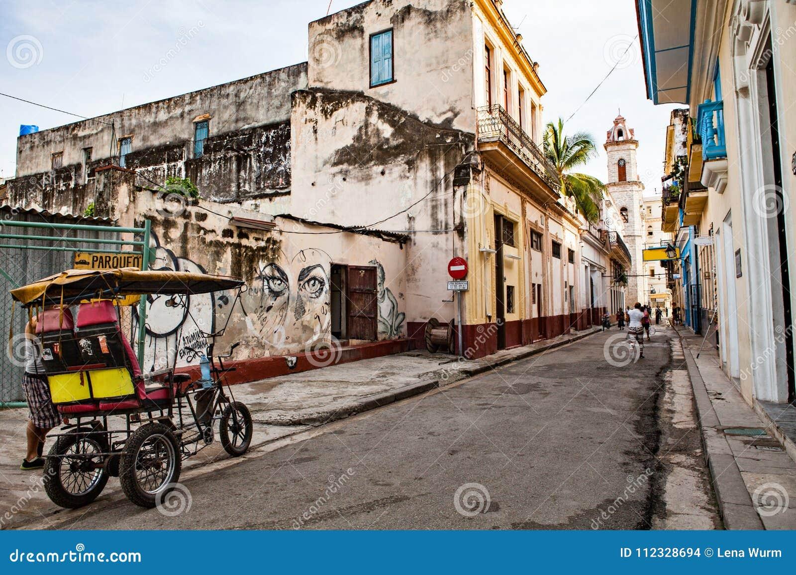 Havannacigarr Kuba - December 12, 2016: Gata till plazaen de la Cath