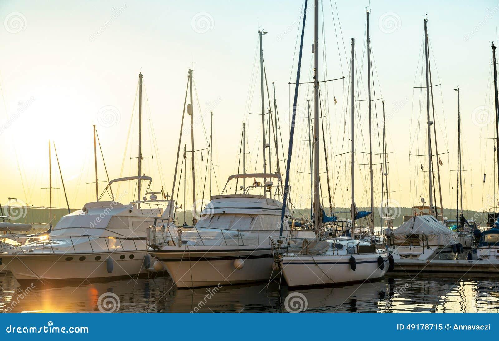 Haven in de zonsondergang