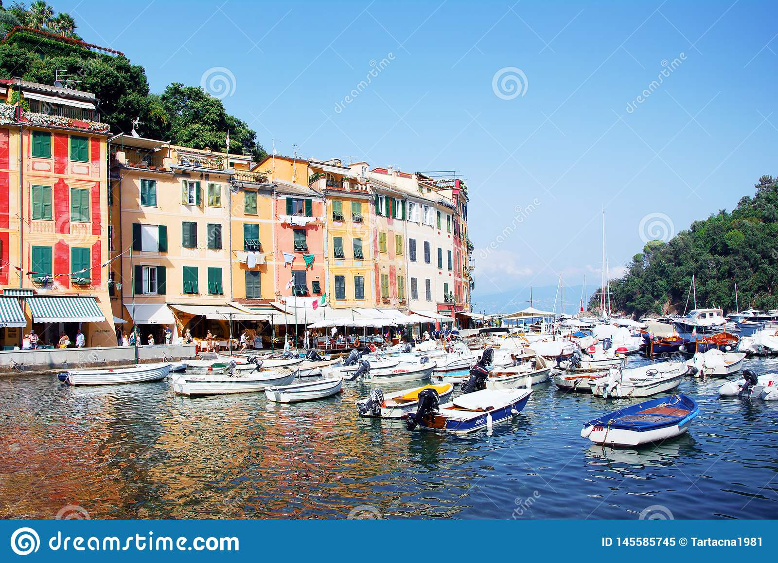 Haven, Portofino, Italië, Genua, Ligurië, 09 augustus, 18: De lopende toeristen, comfortabele koffie, kleurden huizen, boatsin de