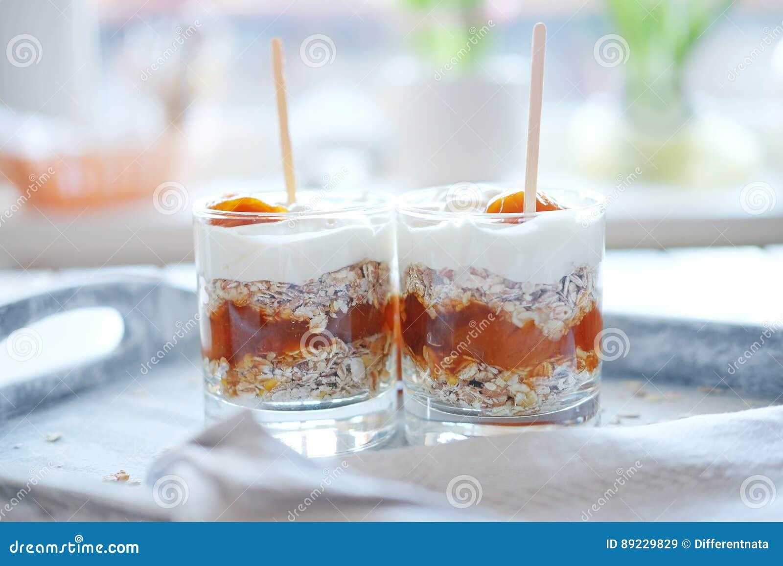 Haver gelaagd met kruidige abrikozenjam Gezond voedselconcept