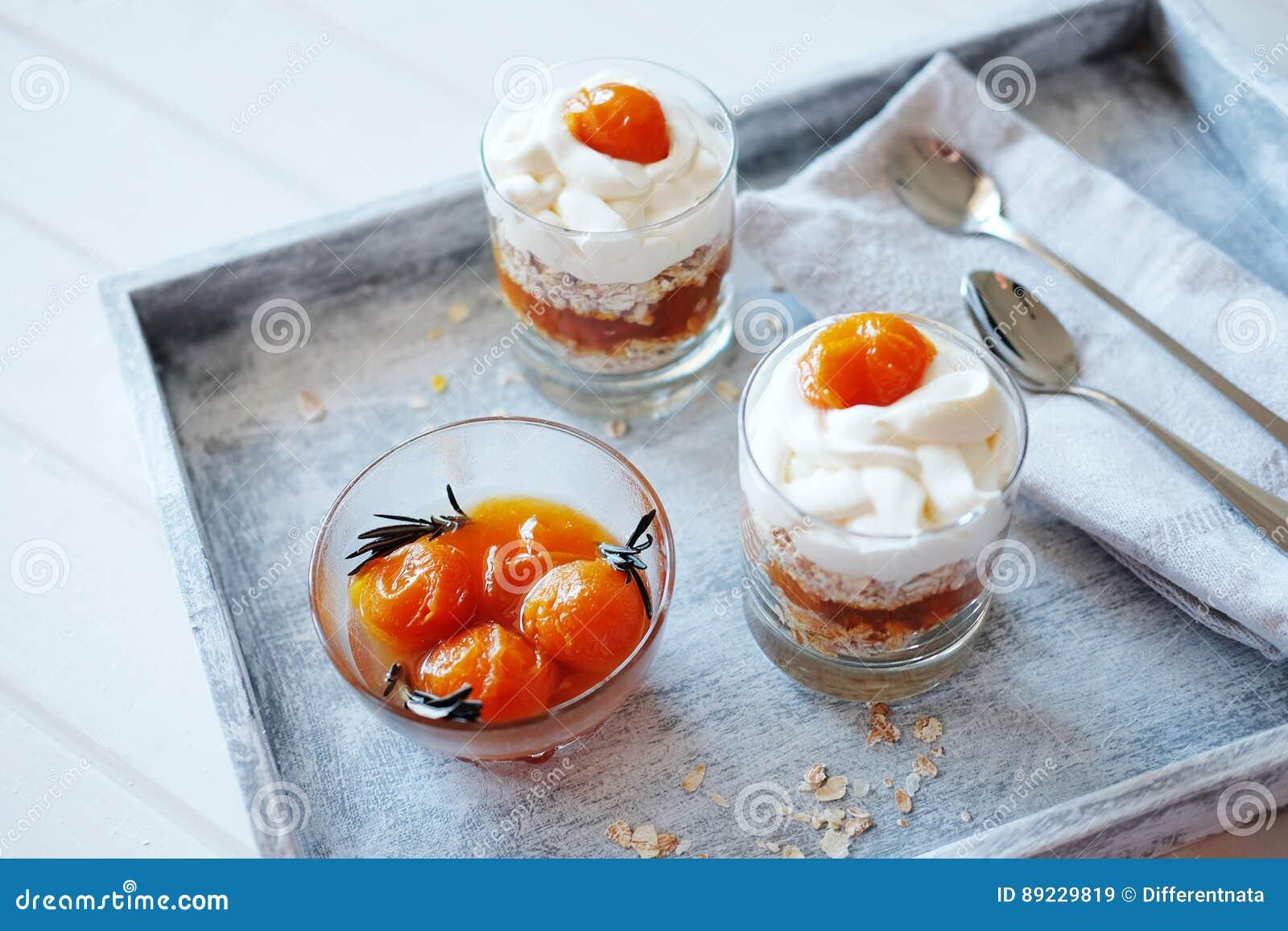 Haver gelaagd met kruidige en zoete abrikozenjam Gezond conc voedsel