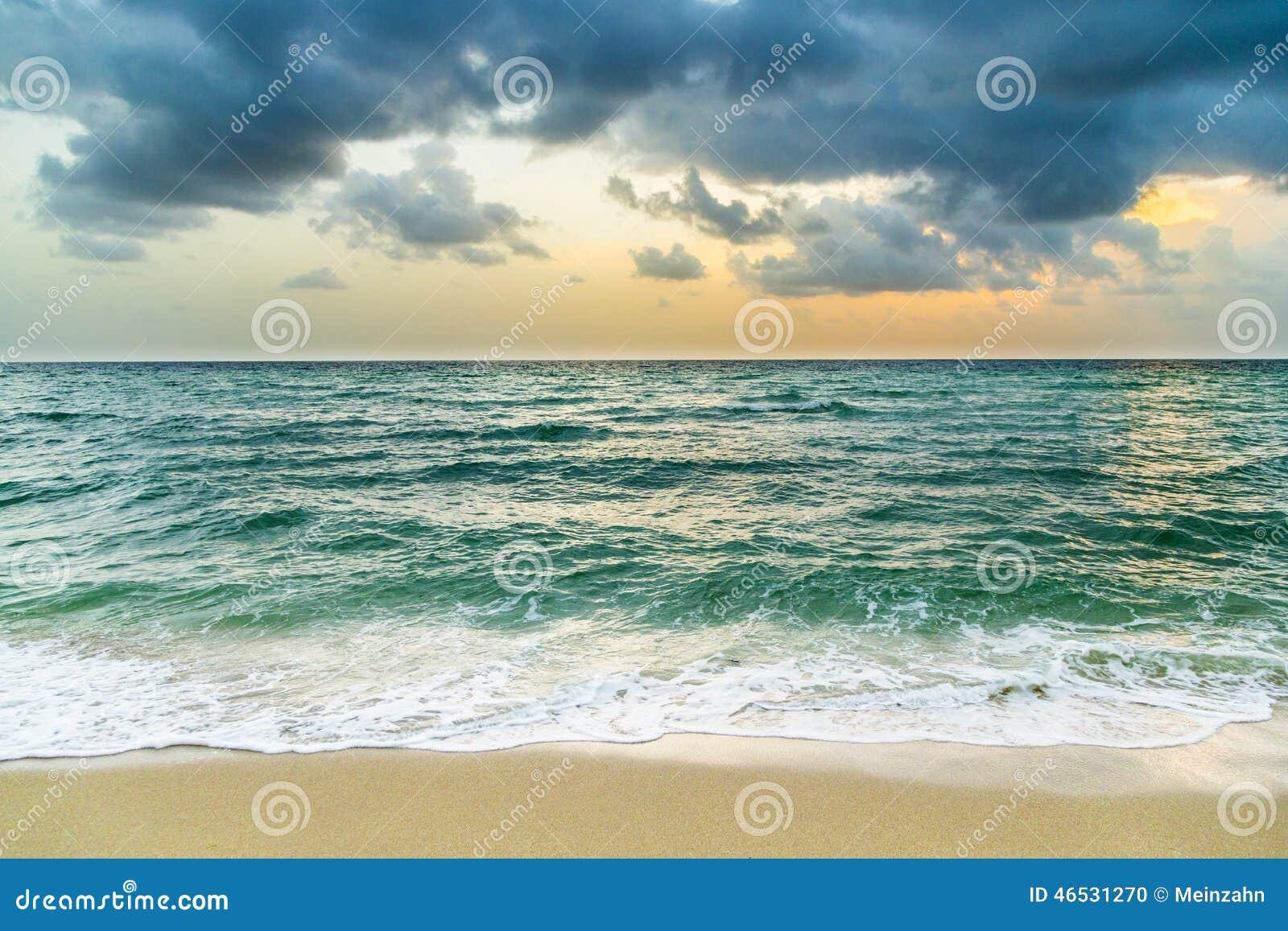 Havet vinkar i Miami med molnig himmel