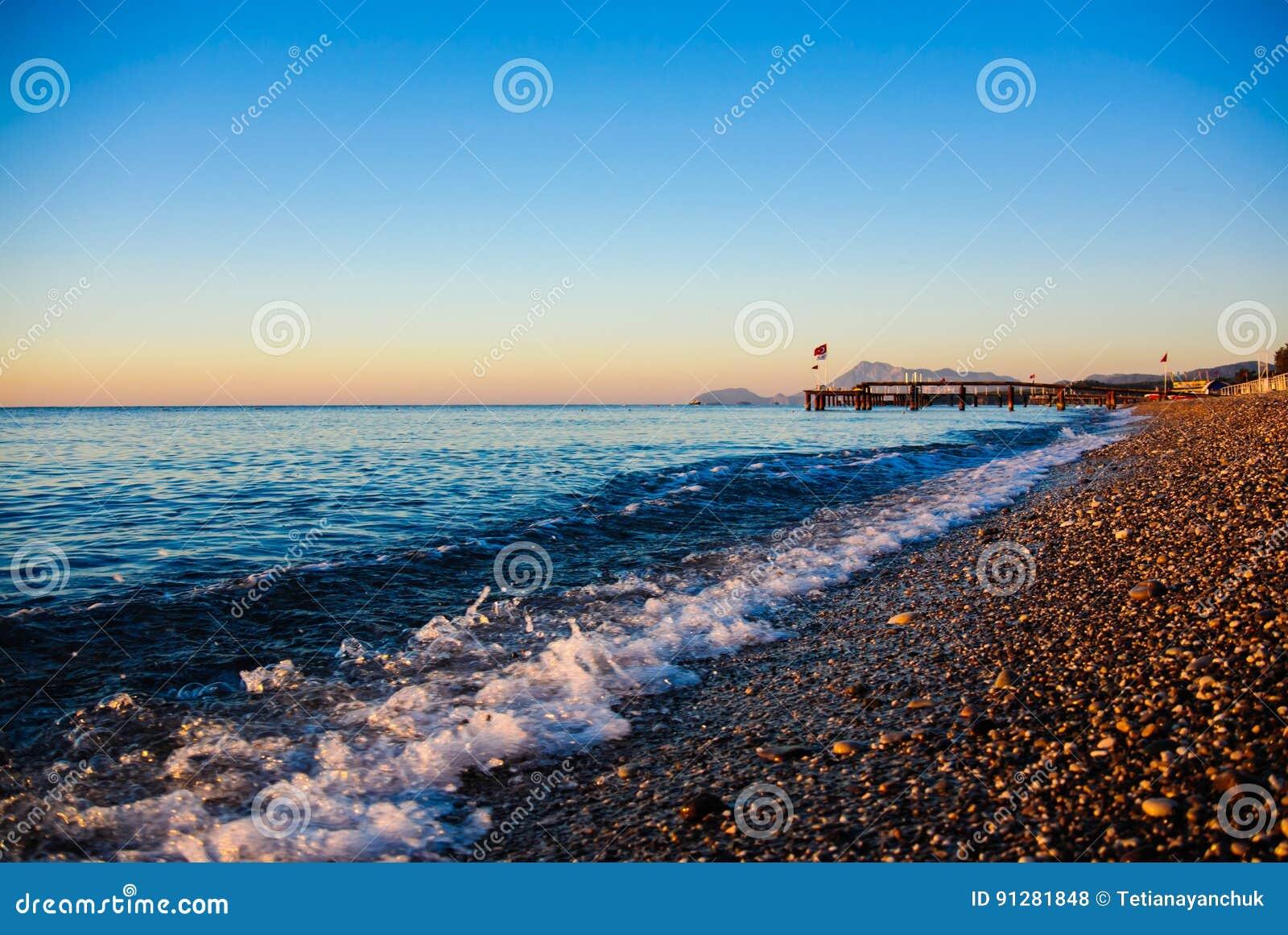 Havet vinkar på soluppgång