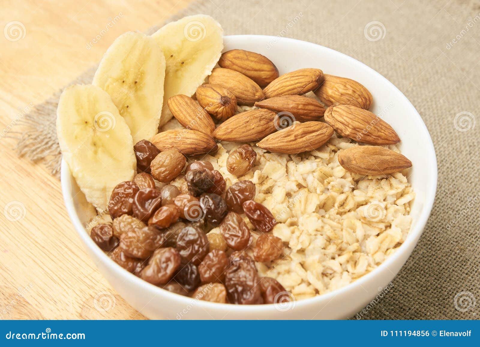 Havremjöl med russin banan och mandlar Kopiera utrymme