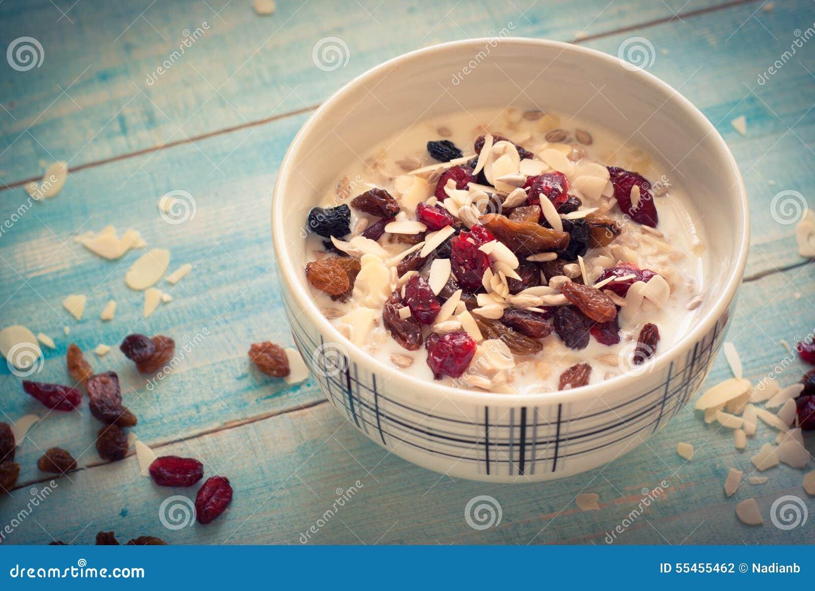 Havremjöl med torkat - frukt