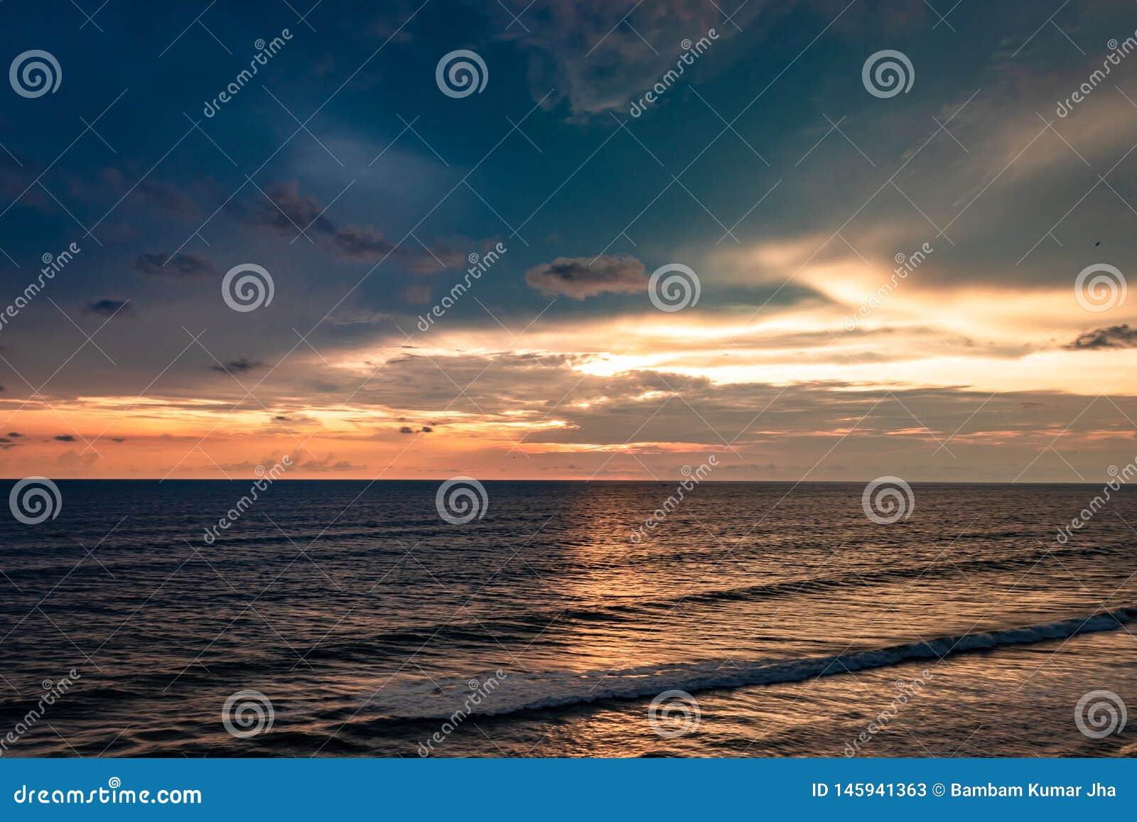 Havshorisont med att förbluffa ljus himmelsikt