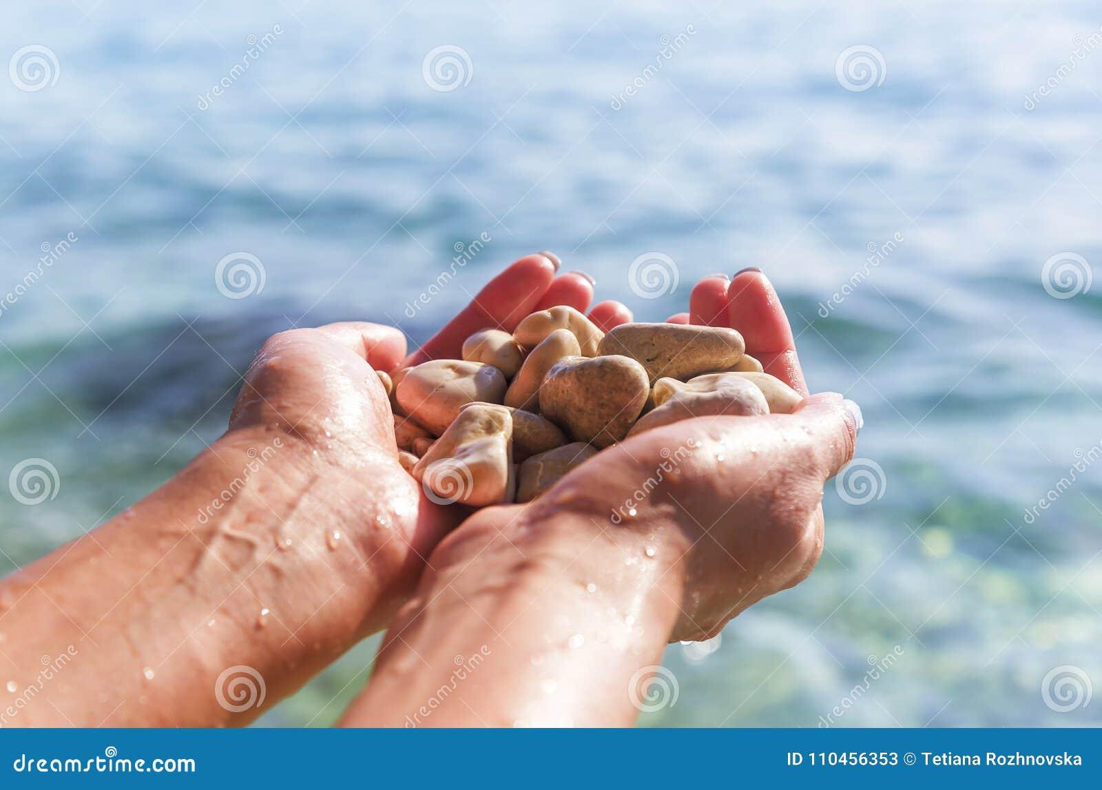 Havskiselstenar i handen
