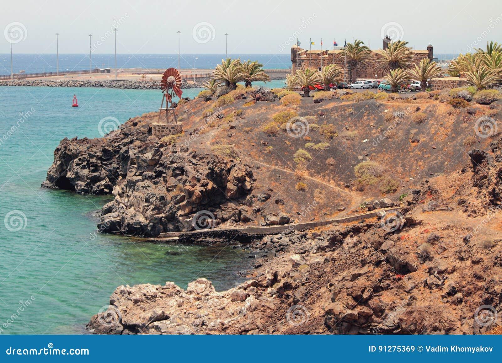 Havskust nära fästningen San Jose Arrecife Lanzarote, Spanien